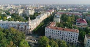 Capital de la ciudad de Minsk de Bielorrusia por mañana del verano Área de Hoising, edificios de la arquitectura estalinista y op almacen de video