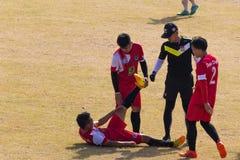Capital de Vientián, Laos - 25 de noviembre de 2017: Futbolista herido en la echada durante el partido de la celebración i del Añ Foto de archivo libre de regalías