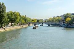 Capital de ville, pont de séné de rivière avec le jour ensoleillé de bateau Images libres de droits