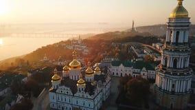Capital del ucraniano de Kiyv Kiev Pechersk Lavra Imágenes de vídeo aéreas del abejón Vista al jinete Dnipro y al puente Empáñese almacen de metraje de vídeo