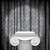 Capital en fondo gris Fotografía de archivo