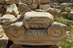 Capital grega na acrópole de Atenas Na acrópole de Atenas História, arquitetura, curso, arqueologia cruzeiro fotografia de stock royalty free