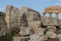 Capital grega velha do templo que encontra-se entre ruínas Imagens de Stock