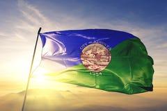 Capitale della città di Augusta di Maine del tessuto del panno del tessuto della bandiera degli Stati Uniti che ondeggia sulla ne immagini stock libere da diritti