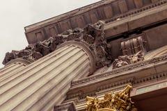 Capitale di colonna del Corinthian che caratterizza le foglie di acanto Fotografie Stock