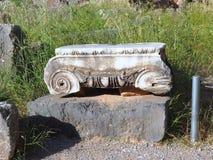 Capitale di colonna ionico di marmo del greco antico, Delfi, Grecia fotografia stock