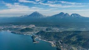 Capitale di Petropavlovsk-kamchatsky di Kamchatka prima dell'atterraggio fotografie stock libere da diritti
