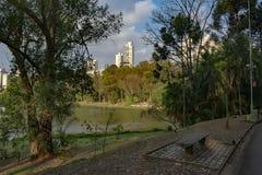 Capitale di Sao Paulo al crepuscolo visto da acclimatazione del parco fotografie stock