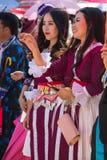 Capitale di Vientiane, Laos - novembre 2017: Ragazza di Hmong che indossa i vestiti tradizionali di Hmong durante la celebrazione Immagine Stock