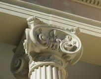 Capitale ionico con le decorazioni fotografie stock
