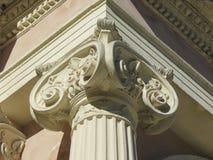 Capitale ionico con le decorazioni fotografia stock libera da diritti