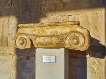 Capitale ionico in Stoa di Atallos Agora antico di Atene fotografia stock libera da diritti