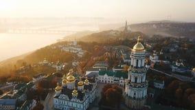 Capitale ukrainienne de Kiyv pechersk de lavra de Kiev Enregistrement vidéo aérien de bourdon Vue au cavalier Dnipro et au pont E banque de vidéos