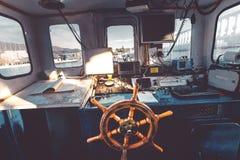 Capitani il ponte del ` s, vista della cabina del ` s di capitano dall'interno Immagine Stock Libera da Diritti