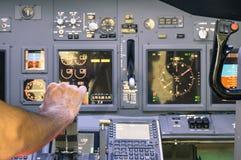 Capitani la mano che accelera sul simulatore del comando in volo Fotografia Stock