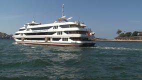 Capitano cuoco Cruises che passa da Sydney Opera House video d archivio