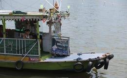 Capitano della piccola barca attende i passeggeri fotografia stock