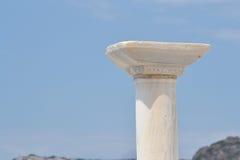 Capitel kolumna na niebieskiego nieba tle Obrazy Stock