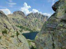 Capitellu sjö från slingan GR20 arkivbilder