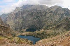 Capitelluen och Melo sjöarna från GR20 skuggar, Corse, Frankrike Arkivfoto