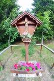 Capitellum和耶稣迫害了和一个花瓶花 库存图片