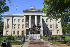Κτήριο κρατικού Capitol της βόρειας Καρολίνας με το άγαλμα Στοκ Εικόνες