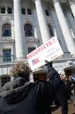 capitol utanför personer som protesterar wisconsin arkivfoton
