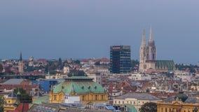 Capitol van Zagreb van de kathedraal van Kroatië en moderne wolkenkrabber met een oude dag van het stadspanorama aan nacht timela stock video