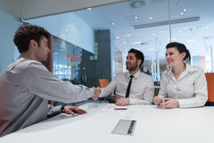 Capitolati d'oneri di firma delle giovani coppie sui partner indietro Immagine Stock
