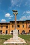 Capitolina de Lupa, chiffre en bronze -loup de Capitoline sur la place de Miracoli de dei de Piazza à Pise, Toscane, Italie images libres de droits