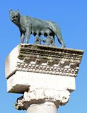 CAPITOLINE狼完善的雕象与孪生罗慕洛和REM的 免版税库存照片
