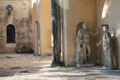 Capitoline museer av Rome: statyer i borggården Arkivbild