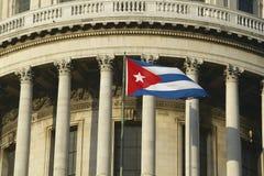 Capitolio和古巴旗子、古巴国会大厦大厦和圆顶在哈瓦那,古巴 免版税图库摄影