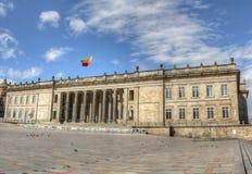 Capitolio av Colombia med plazaen Bolivar Arkivfoton