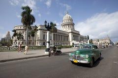 Capitolio con l'automobile dell'annata, Avana Immagini Stock