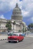 在Capitolio,哈瓦那, CubaCuba前面的红色美国汽车 免版税库存图片