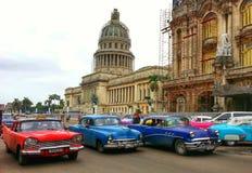 Capitolio, das alte Autos auf Havana-Straße Kapitol errichtet Stockbild
