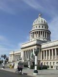 Capitolio de La Habana y un taxi de la bicicleta Foto de archivo