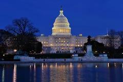 Capitolio de los E.E.U.U. y piscina de reflejo en la oscuridad Imágenes de archivo libres de regalías