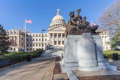 Capitolio del estado de Mississippi y nuestro monumento de las madres en Jackson, Mississippi fotografía de archivo