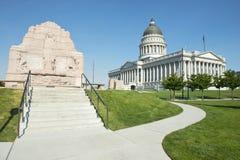 Capitolio del estado de Utah con el monumento de Batallion del mormón fotografía de archivo