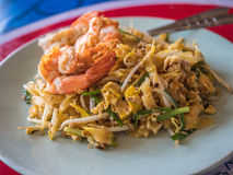 Capitonnez le gazon ou le Fried Rice Sticks thaïlandais de Goong avec le style de nourriture de Shrimp Photo stock