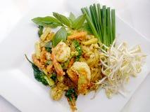 Capitonnez le style thaïlandais de nouilles avec le cari et les crevettes roses verts Type thaï de nourriture Image stock