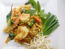 Capitonnez le style thaïlandais de nouilles avec le cari et les crevettes roses verts Type thaï de nourriture Image libre de droits