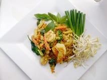 Capitonnez le style thaïlandais de nouilles avec le cari et les crevettes roses verts Type thaï de nourriture Images stock