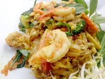 Capitonnez le style thaïlandais de nouilles avec le cari et les crevettes roses verts Type thaï de nourriture Photo libre de droits