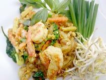 Capitonnez le style thaïlandais de nouilles avec le cari et les crevettes roses verts Type thaï de nourriture Photos libres de droits