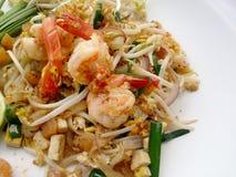 Capitonnez les nouilles de riz thaïlandaises et faites sauter à feu vif avec la crevette Photographie stock
