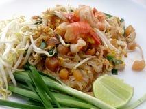 Capitonnez les nouilles de riz thaïlandaises et faites sauter à feu vif avec la crevette Photo stock