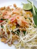 Capitonnez les nouilles de riz thaïlandaises et faites sauter à feu vif avec la crevette Photo libre de droits